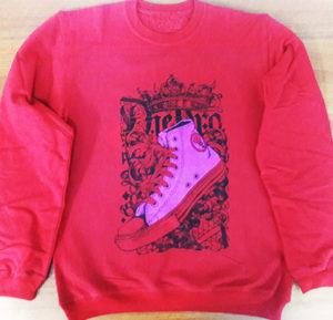 Цифровая печать на красном свитшоте